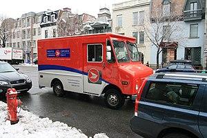 Français : Une camionnette de Poste Canada sur...