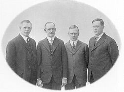 De gauche à droite : William Davidson, Walter Davidson, Arthur Davidson et William Harley