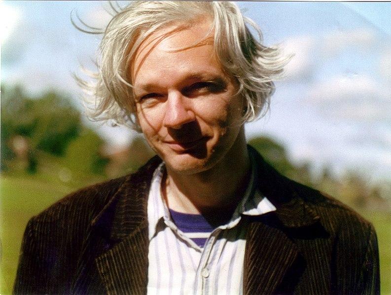 https://i1.wp.com/upload.wikimedia.org/wikipedia/commons/thumb/3/33/Julian_Assange_full.jpg/794px-Julian_Assange_full.jpg