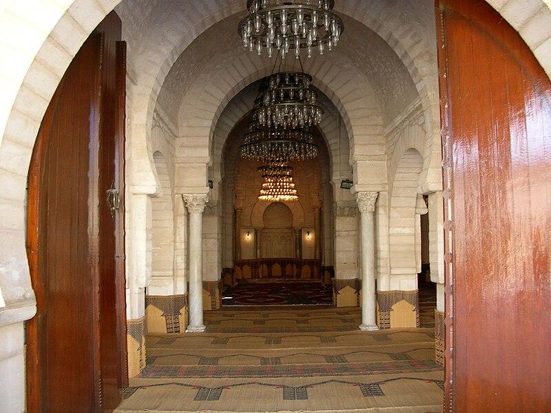Vue du mihrab depuis la porte centrale de la salle de prière