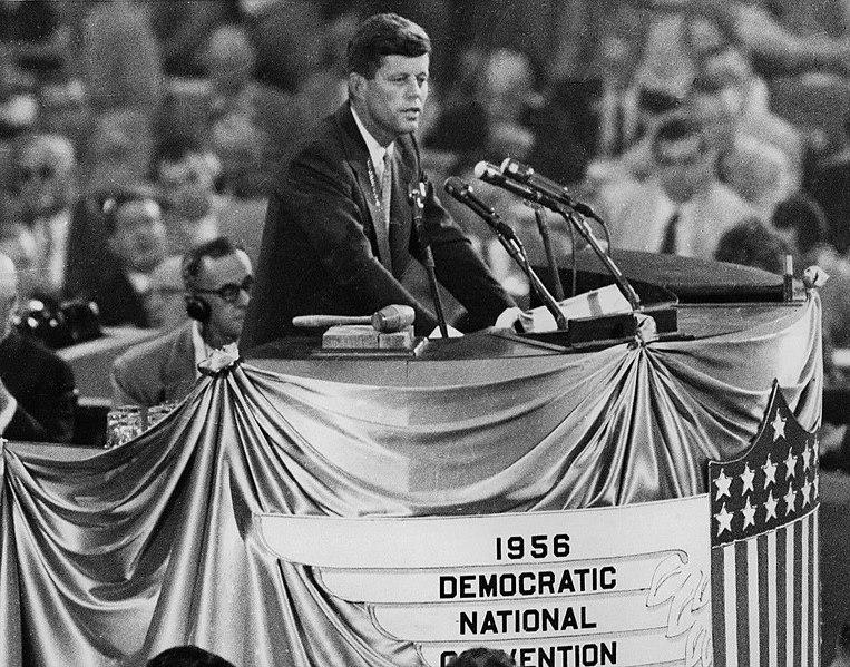 1956年民主党全国大会でアドレー・スティーブンソンの指名推薦演説をするケネディ。