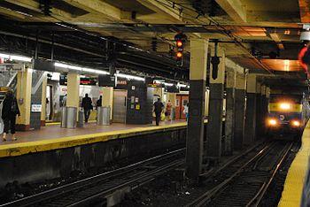 English: New York Penn Station platforms and L...