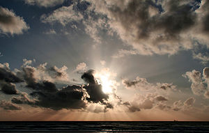 English: Crepuscular Rays and clouds over Paci...