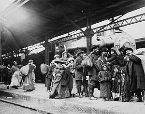 English: Arrival of immigrants at Union Statio...