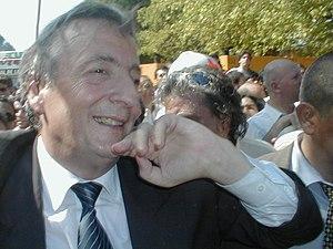 Néstor Kirchner en la puerta de la ESMA