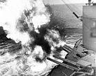Das amerikanische Schlachtschiff USS Nevada beschießt deutsche Küstenstellungen, um die Landungen am Utah Beach zu sichern
