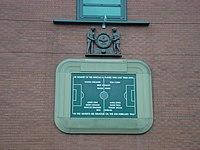 Sebuah plat kenangan di Old Trafford sebagai penghargaan untuk para pemain yang meninggal pada tragedi Munich Air.