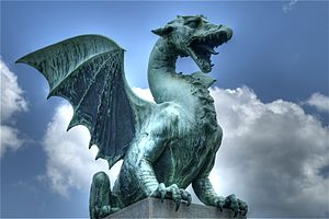 English: Statue of a dragon guarding one of th...