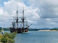 Letnan James Cook memetakan pantai Timur Australia di HM Bark Endeavour mendakwakan tanahnya untuk Inggris pada tahun 1770. Replika ini dibuat di Fremantle, Australia Barat pada tahun 1988 untuk ulang tahun yg ke-200 Australia.