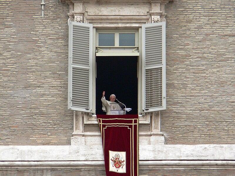 File:Benedetto XVI dalla finestra.jpg