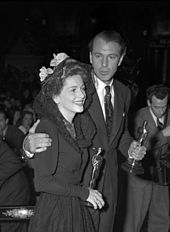 Joan Fontaine y Gary Cooper celebran los Oscar