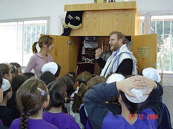 English: Rabbis Lesson with kids