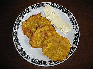 English: Patacones with costeño cheese - Barra...