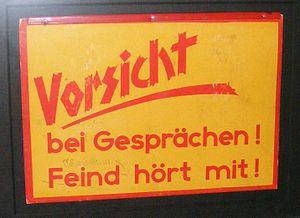 """Deutsch: """"Vorsicht bei Gesprächen! Feind ..."""
