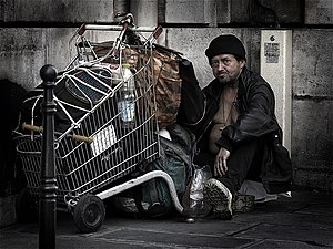 English: A homeless man in Paris Français : Un...