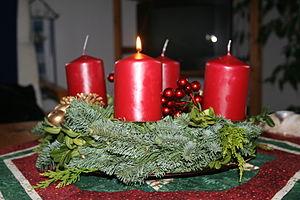 Adventskranz mit brennender Kerze am 30.11.2008