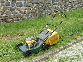 English: Walk-behind lawn mower