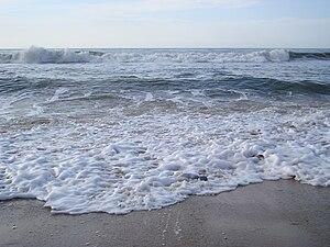 English: The sea lashing its waves at high tide