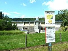 Das Schild in der Nähe der Talsperre, das auf den Anfang des Naturistenstiegs verweist