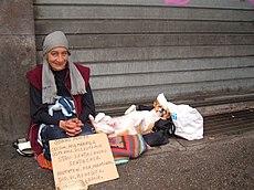 Una mujer sin hogar y su perro en Roma