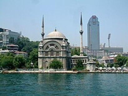 جامع الوالدة سلطان بواجهته الخارجية المطلة على ساحل البحر