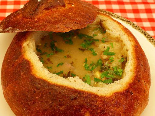 Żurek w chlebie z jajkiem i białą kiełbasą (3)