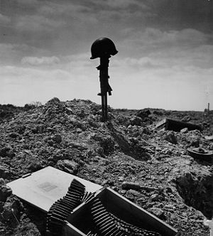 Temporary grave of an American machine-gunner ...