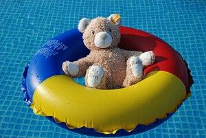 English: teddy bear in swim ring Deutsch: Tedd...