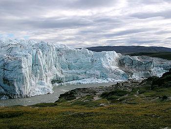 Het einde van de ijskap op Groenland in de buurt van Kangerlussuaq.  Een ijstijd is een periode waarin ijskappen voorkomen op het land. Het voorkomen van ijskappen op Groenland maakt dus dat we per definitie in een ijstijd leven.