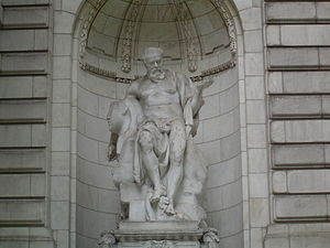 A statue outside of the New York Public Library.
