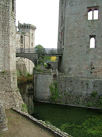 English: The moat from the other side of the c...