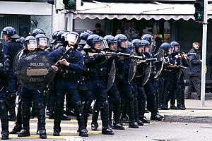Deutsch: Polizei im unfriedlichen Ordnungsdien...