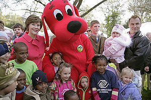 Mrs. Laura Bush poses with children and Cliffo...