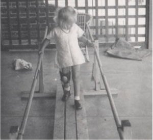 English: Walking with the parallel bars