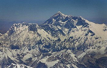 English: An aerial view of Mount Everest.