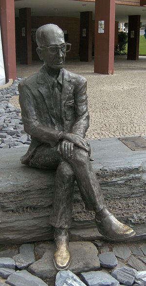 Statue of brazilian poet Carlos Drummond de An...