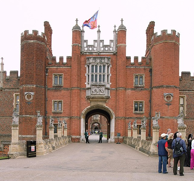 https://i1.wp.com/upload.wikimedia.org/wikipedia/commons/thumb/4/4b/Hampton_Court_Great_Gatehouse.jpg/642px-Hampton_Court_Great_Gatehouse.jpg