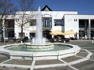 Ottobrunn Wolf-Ferrari-Haus mit Brunnen