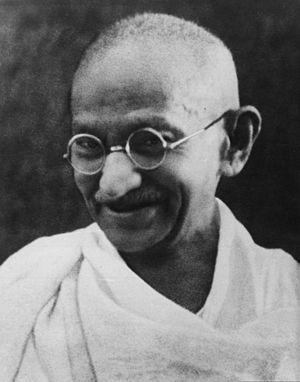 English: Gandhi smiling. Français : Gandhi sou...