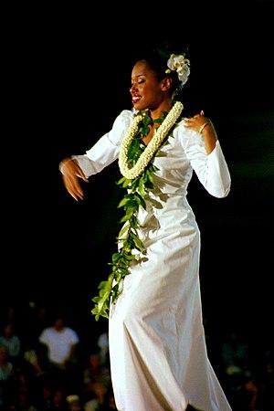 Tänzerin beim Hula ʻauana im Wettbewerb