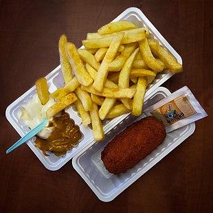 Beispiel für einpatat oorlog: Zwiebeln und Mayonaise und Pindasaus (Erdnuss-Soße). Daneben eine Kalbfleisch-Krokette mit noch verpacktem Senf.