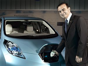English: Nissan CEO Carlos Ghosn charges a Nis...