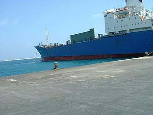 English: Docking ship in Berbera, Somalia Русс...