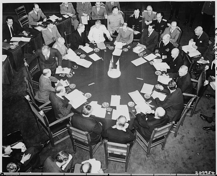 File:Closer view of round conference table from above, taken at the Potsdam Conference during newly elected British Prime... - NARA - 198703.jpg