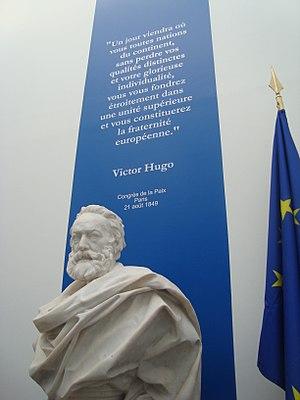Français : Buste de Victor Hugo avec en arrièr...