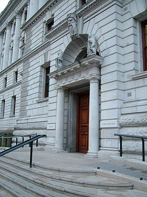 English: East entrance of HM Treasury Français...