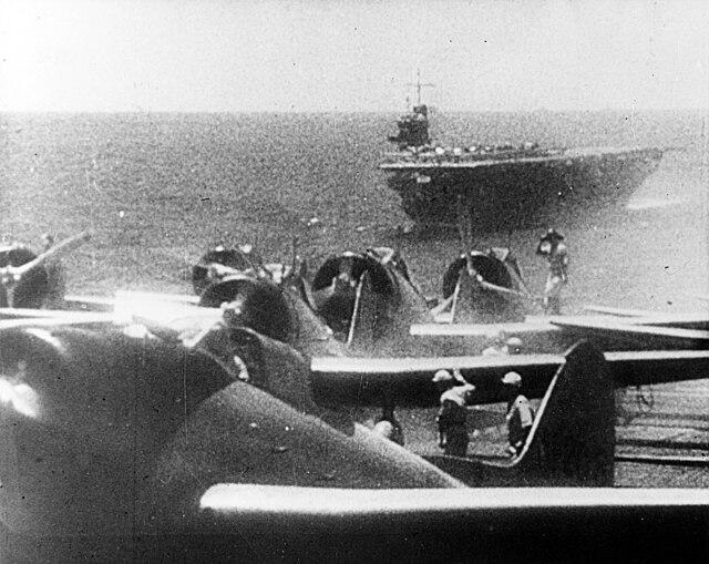 海軍機を満載して航行する「蒼龍」
