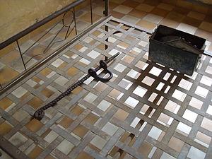Français : Lit et matériel de torture dans une...