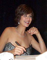 کاترین بل بازیگر اصلی سریال تلویزیونی JAG در شبکه های سراسری آمریکا. او نقش یک افسر ارتشی را بازی میکند.