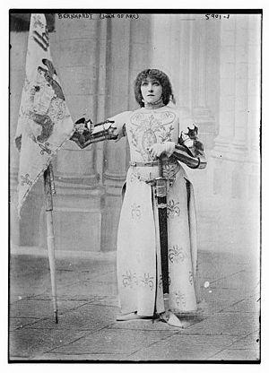 English: Sarah Bernhardt as Joan of Arc holdin...